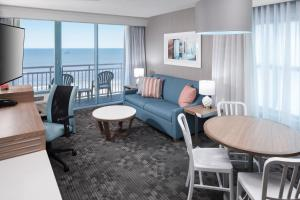 A seating area at Courtyard Virginia Beach Oceanfront/South