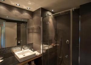 A bathroom at Hôtel Castell'Verde