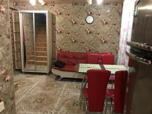 A seating area at Cottages in Mozhzhevelovaya Roshcha