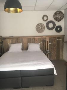 Een bed of bedden in een kamer bij Hof van donzel