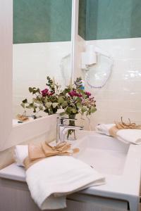 A bathroom at Suites La Posada De Pilar
