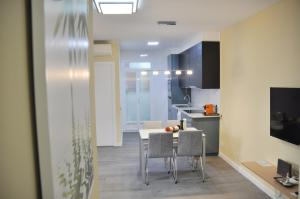 A kitchen or kitchenette at Apartamento Sants