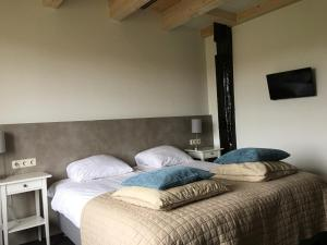 A bed or beds in a room at Hotel Posthuys Vlieland