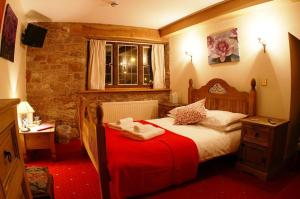 A bed or beds in a room at The George Inn & Millingbrook Lodge
