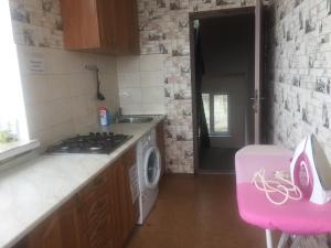 Кухня или мини-кухня в Apartment on Tsiuriupy 70a
