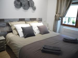 A bed or beds in a room at Vieille Ville 2 - La Petite Maison à Safranier, 2 bedrooms, max 4 adults and 2 kids