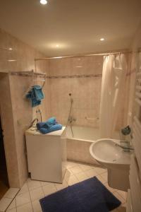 A bathroom at Mediteranos