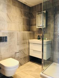 Ett badrum på Spacious & Modern 2 Bed Apartment at Knightsbridge London