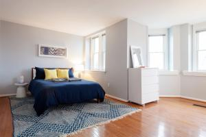 A bed or beds in a room at DC Retreat in Dupont with roof deck