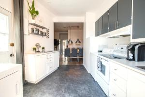 A kitchen or kitchenette at MtlVacationRentals - MTL ZOO