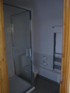 A bathroom at Rose & Crown