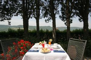 A restaurant or other place to eat at La Locanda Della Chiocciola