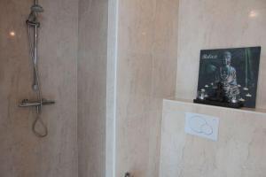 Een badkamer bij Zicht op de Jachthaven