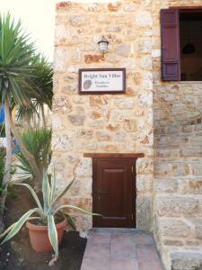 Fasaden eller entrén till Bright Sun Villas