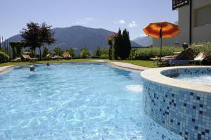 Der Swimmingpool an oder in der Nähe von Hotel Apartments Feldhof
