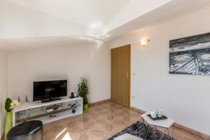 TV a/nebo společenská místnost v ubytování Apartments Ivka Bol
