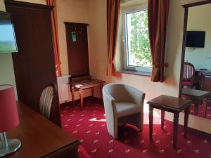 Ein Sitzbereich in der Unterkunft Hotel Medaillon