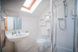 A bathroom at Jannel Bed & Breakfast