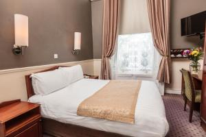 A bed or beds in a room at The Lansdowne Hotel
