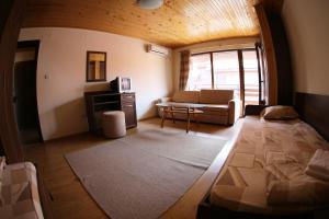 Ein Sitzbereich in der Unterkunft Aurora Guest House