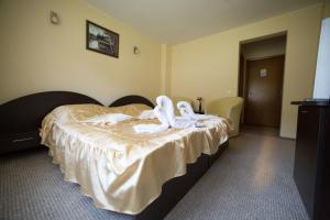 A bed or beds in a room at White Horse