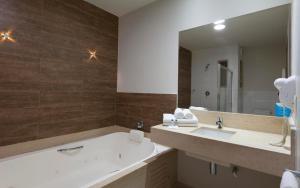 A bathroom at Flamboyant Hotel & Convention