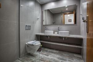 A bathroom at Chrisanthi Studios & Apartments