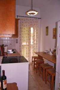 A kitchen or kitchenette at Beautiful and Cozy Apartment in Town