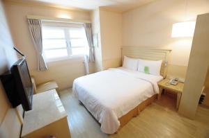 康橋商旅- 台南民生館房間的床