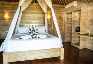A bed or beds in a room at Ombak Bay Lembongan