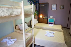 Двухъярусная кровать или двухъярусные кровати в номере WHY NOT