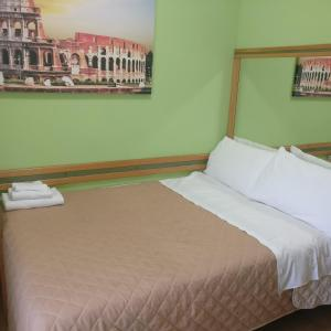 A bed or beds in a room at Hotel Pavia