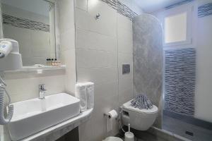 A bathroom at Amaryllis Hotel