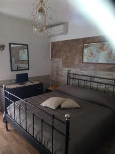 A bed or beds in a room at Villetta a mare