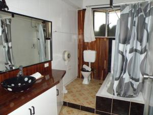A bathroom at Tagimoucia House Hotel