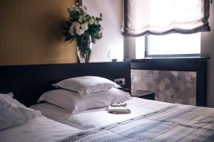 سرير أو أسرّة في غرفة في بوتيك غارني هوتل تاونهاوس 27