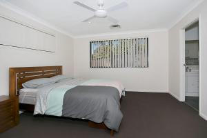 A bed or beds in a room at 'Seachange' stunning home & sleeps 10!