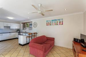 A seating area at Spacious, Modern & Walk to the Beach!