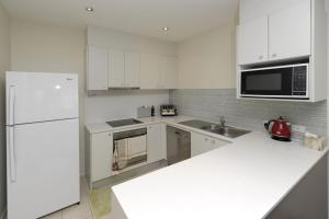 A kitchen or kitchenette at Pacific Blue, Villa 519