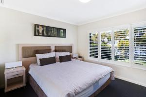 A bed or beds in a room at 'Pacific Blue' Pool, spa and more available in complex!