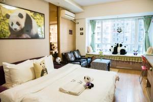 A seating area at Chengdu Panda Apartment