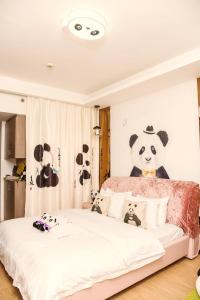 A bed or beds in a room at Chengdu Panda Apartment