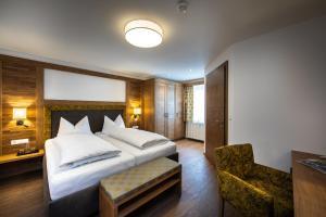 Ein Bett oder Betten in einem Zimmer der Unterkunft Hotel Huberhof