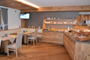 A restaurant or other place to eat at Dolomites B&B, Suites and Apartments