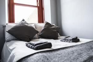 A bed or beds in a room at Bridge View Apartments
