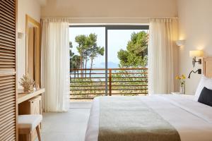 Ένα ή περισσότερα κρεβάτια σε δωμάτιο στο ELIVI Skiathos