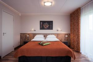 A bed or beds in a room at Strand Spa & Conference Hotel