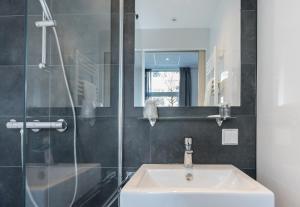 Een badkamer bij City2Beach Hotel