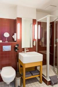 A bathroom at Auszeit Hotel Düsseldorf - das Frühstückshotel - Partner of SORAT Hotels