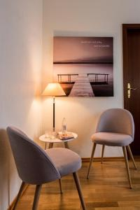 A seating area at Hotel Weiss - Room Service Disponible